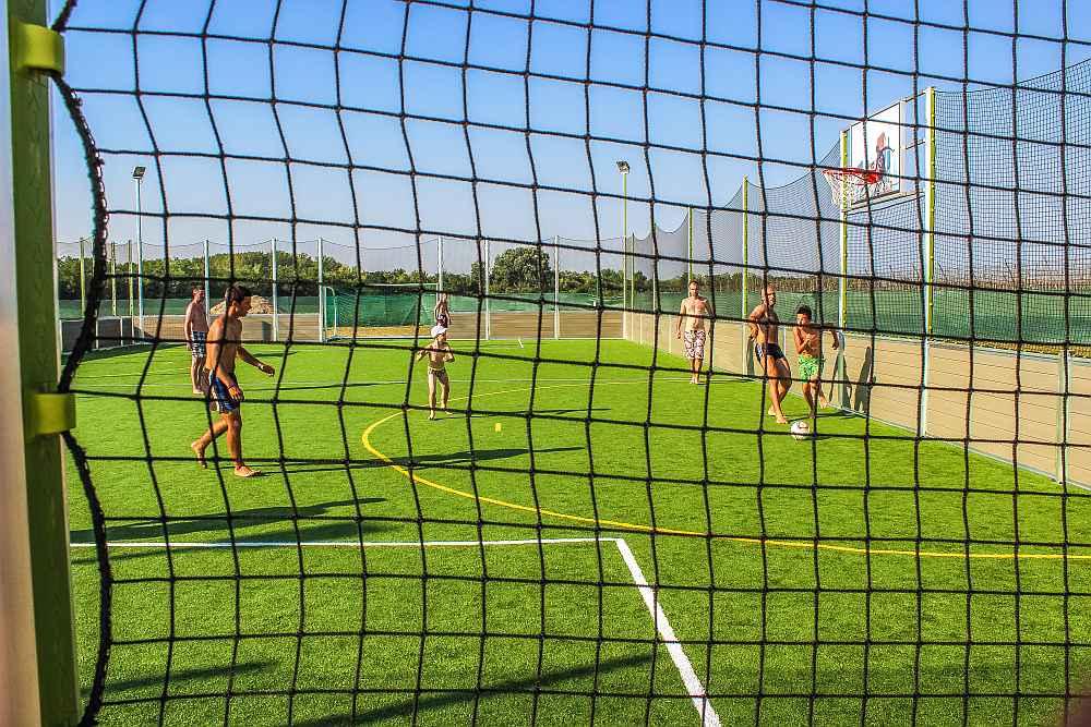 Teren za fudbal i košarku na veštačkoj travi